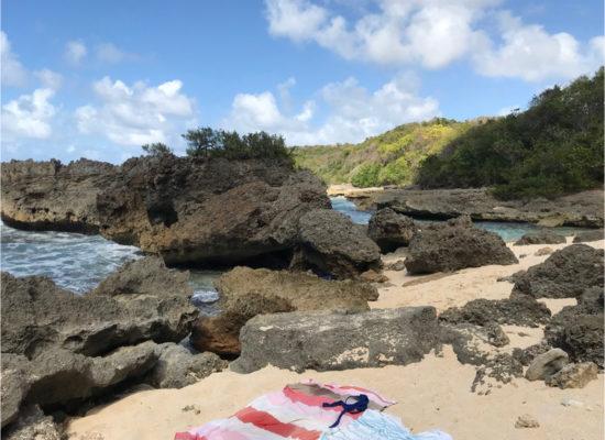 plage sauvage rochers